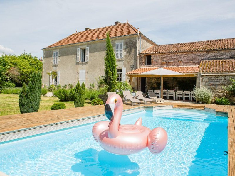 Stunning, 6 Bed House, Heated Pool, Gated garden 1.5 Acres, great for families!, location de vacances à Sainte-Hermine