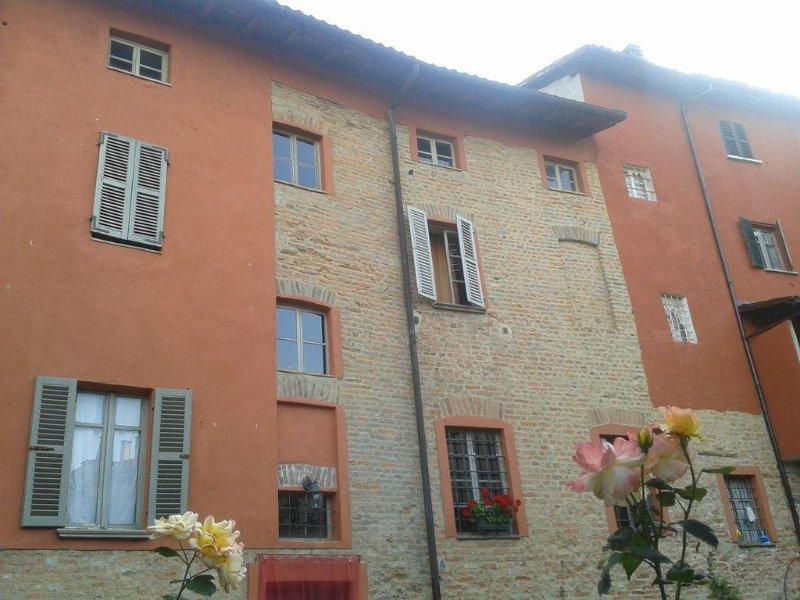 Tra  vigneti dell'UNESCO - Casa Visconti centro storico di Mombaruzzo FREE WI-FI, holiday rental in Gamalero
