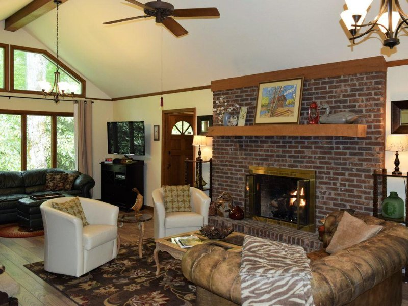 Only 2 1/2 Blocks to Main Street!  ~   Harris Lake Hideaway, Highlands, NC, casa vacanza a Highlands