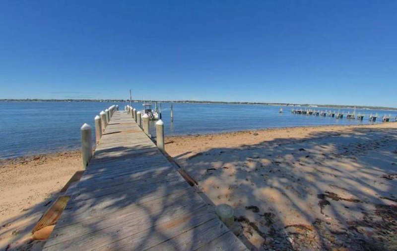 Tranquil, Beachfront Getaway with Dock, Fabulous Sunset Views!, vacation rental in Shelter Island