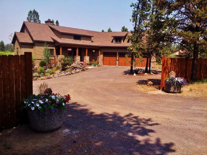 Beautiful 5 bdrm! Hot tub! River! Bring the dogs! 5 minutes to Sunriver Village!, vacation rental in Bend