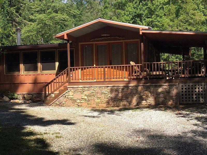 Lake Burton~Charming Lake Burton Cabin Retreat!  Across from LaPrades Marina, alquiler de vacaciones en Tiger