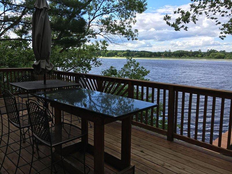 ROMANTIC GETAWAY! 3 BR -2 full bath- 2 decks-private pier. Only $1575 per week, holiday rental in Packwaukee