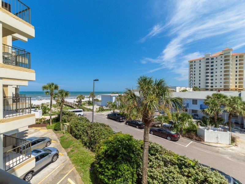 Free Night Sale! Oceanfront Condo. Steps from Beach. Gorgeous Ocean View, alquiler vacacional en Jacksonville Beach