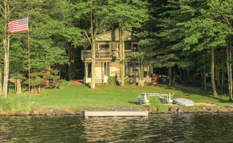 Lakefront Cabin -Supreme Sunsets, Large Yard, Private Beach, Dock, Covered Deck, holiday rental in Thornhurst
