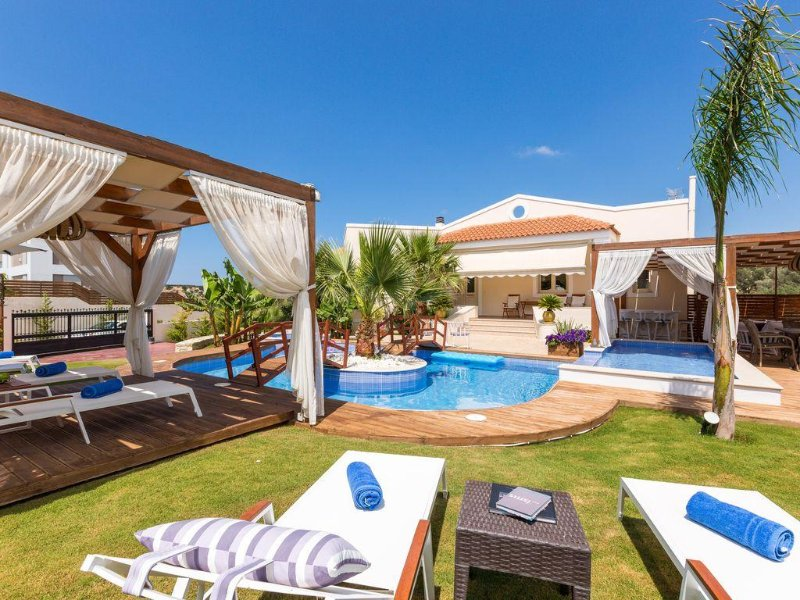 Villa Eva! Relax at the pool, outdoor Jacuzzi & garden! Playground & ping pong!, alquiler vacacional en Achlades