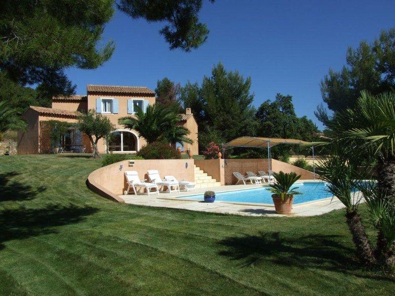 A 2 pas de la mer villa standing climatisée piscine chauffée, holiday rental in Carqueiranne