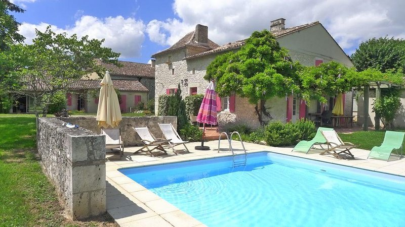 Gracious Renovated Farmhouse, Friends & Family Friendly with Pool, near village, holiday rental in Eymet