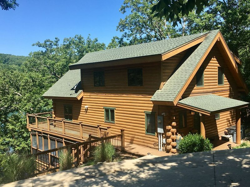 Edgewater Lodge - Luxury Waterfront 4BR Log Cabin on Beaver Lake secluded cove!, holiday rental in Eureka Springs