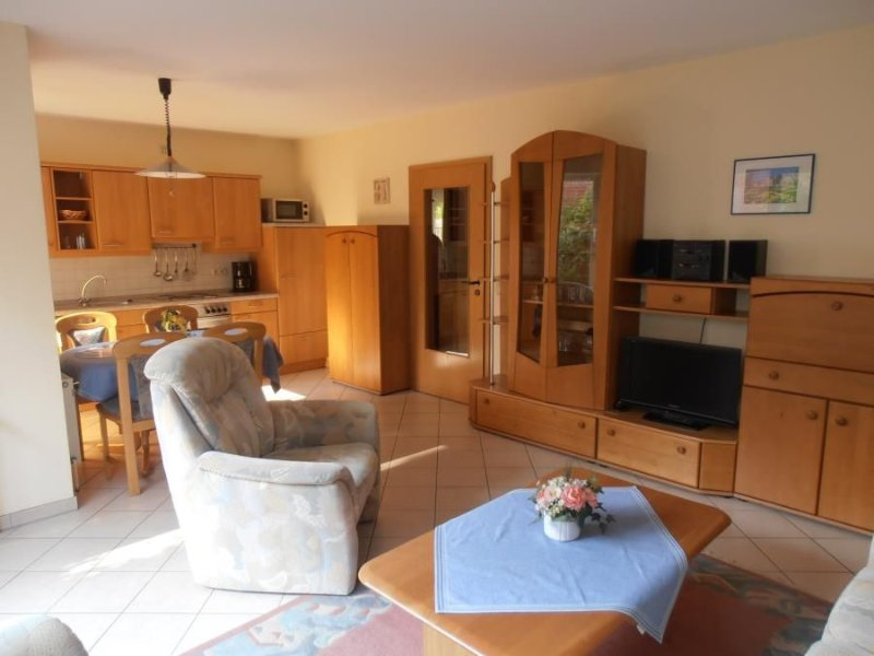 Comfortably furnished 3 bedroom apartment c. 60 m² with terrace in a quiet loca, casa vacanza a Duhnen