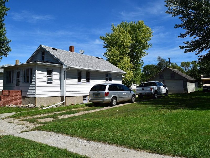 Furnished & Stocked like an Extended Stay Hotel - Family & Pet Friendly, vacation rental in North Dakota