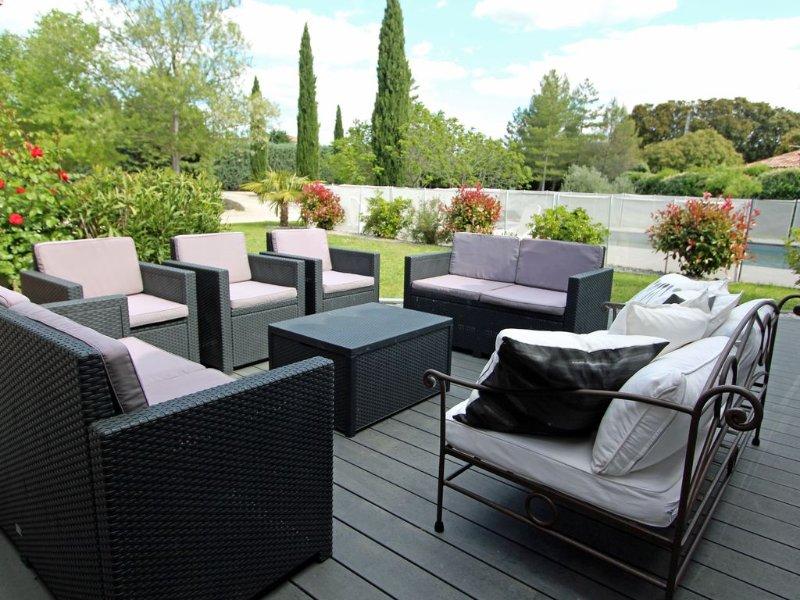 Spacieuse et confortable villa provençale avec piscine privée au pied du Ventoux, holiday rental in Mazan