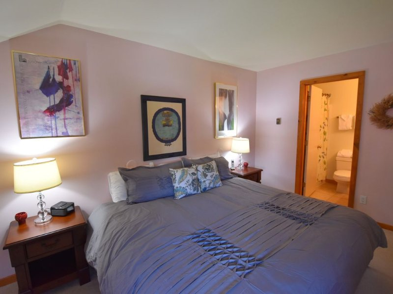 Trail Creek ski home/walk to lift 2bedroom+ 2bath+hot tub pool LOFT, vacation rental in Killington
