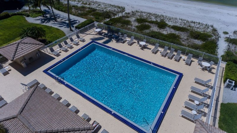 2 Bedroom Direct Beachfront Condo On Gulf of Mexico, alquiler de vacaciones en Bonita Springs