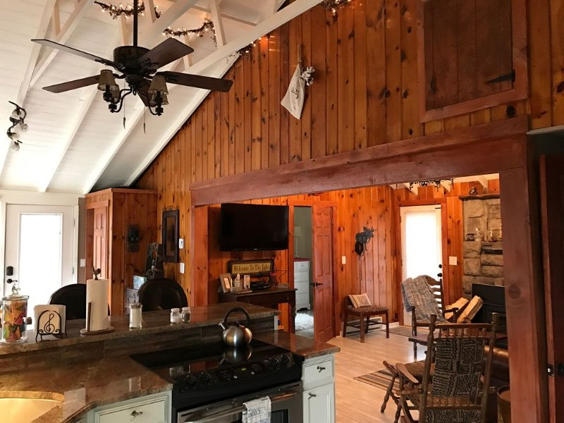 Cozy Lake House Near Mountain Creek & Warwick, NY - Under 5 miles to the Slopes!, alquiler de vacaciones en Warwick