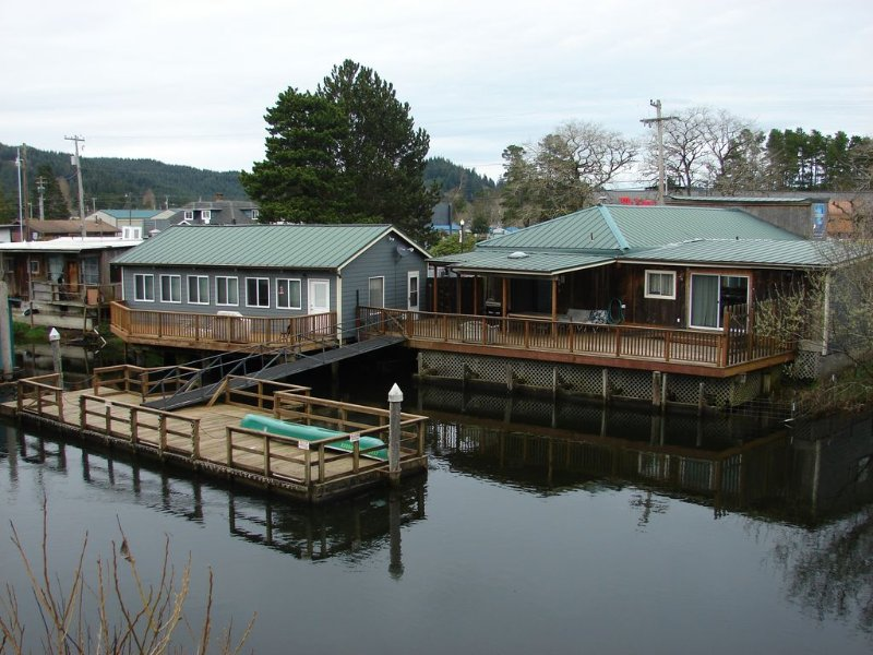 WOW! on the water 4-bedroom 3-bathrooms sleeps 10  (extra guest $25.00 fee per.), holiday rental in North Bend
