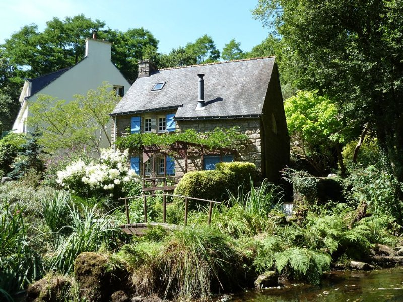Converted 17c Watermill Offering Peace & Tranquillity in the Heart of Brittany, vacation rental in Plouay