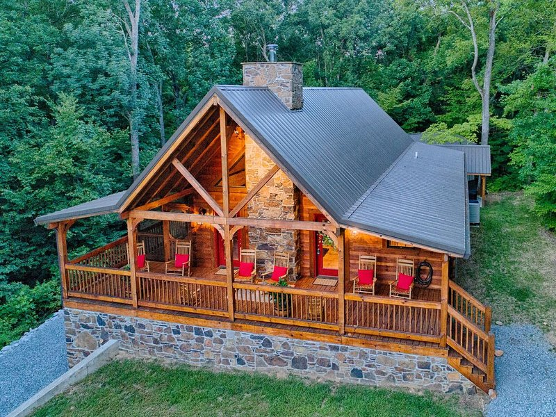New Construction Log home, beautiful home with boat slip, holiday rental in Golden Pond