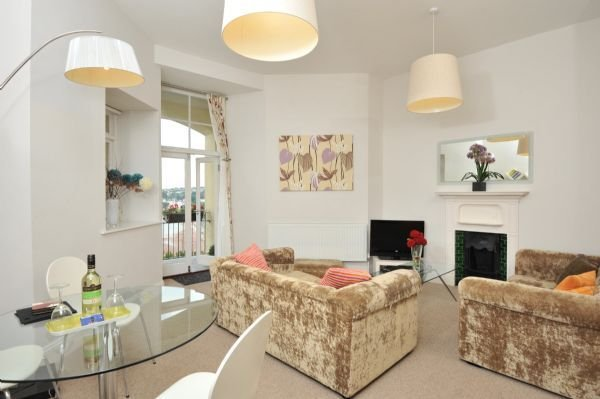 14 Astor House - stunning sea views from large balcony with stylish two bed apa, holiday rental in Torquay