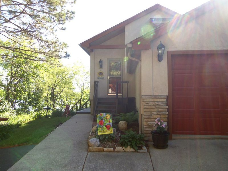 Relaxing Lake Home on the Edge of Kettle Moraine State Forest, holiday rental in Janesville