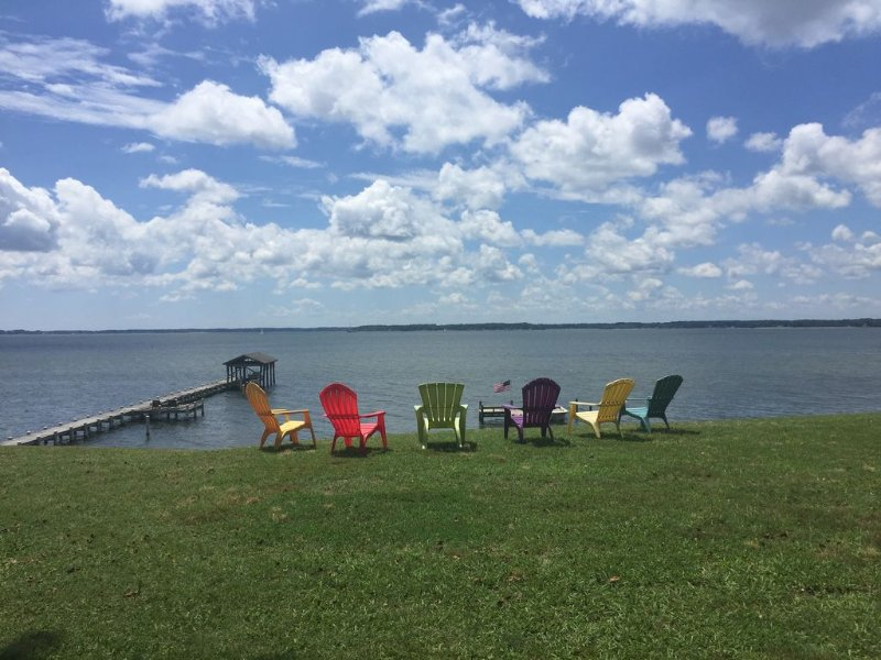 Waterfront River Home- Chesapeake Bay, Deltaville, VA. Pier and Private Beach, holiday rental in Schley