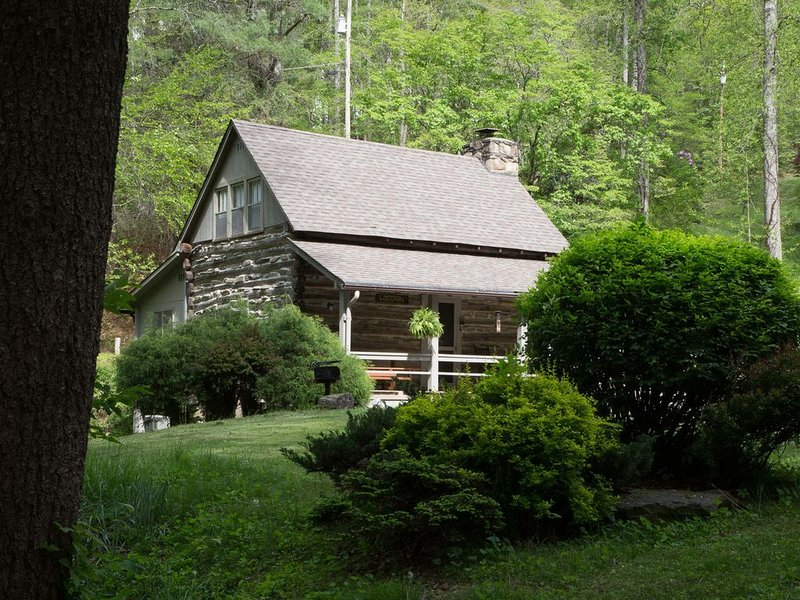 Historic & Romantic Cabin Escapade, fire place, birds galore, nestled in woods, aluguéis de temporada em Bryson City