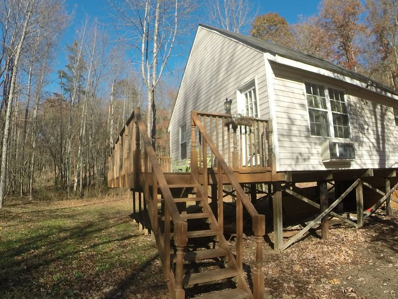 Beautifully Decorated Cabin Pristine and Peaceful!, holiday rental in Pittsville