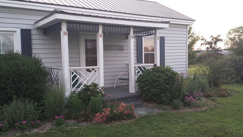 Vintage Cottage on Lavender Farm in the Heart of Virginia, holiday rental in Appomattox