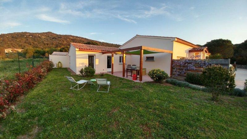 Maison avec jardin et terrasse, au calme située entre mer et montagne., vacation rental in Figari