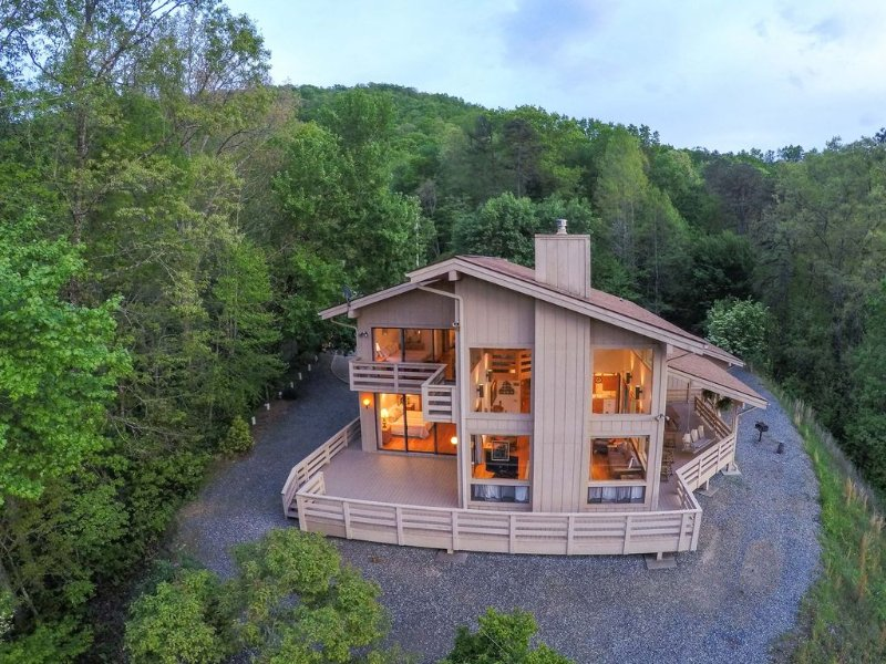 Jaw dropping Mtn View, close to all attractions, plenty of room for families, vacation rental in Bryson City