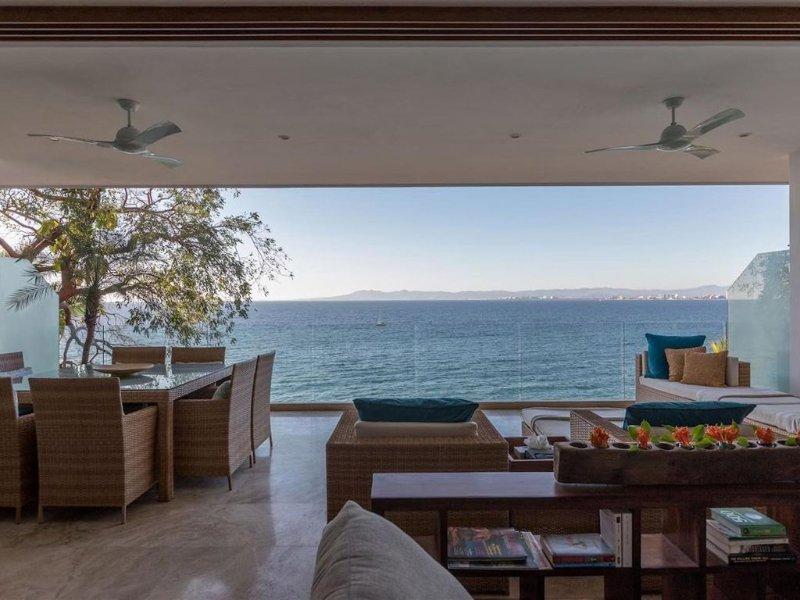 Brand New, 2BR/2BA Beachfront Condo, Spectacular View, Quiet and Secure., location de vacances à Puerto Vallarta