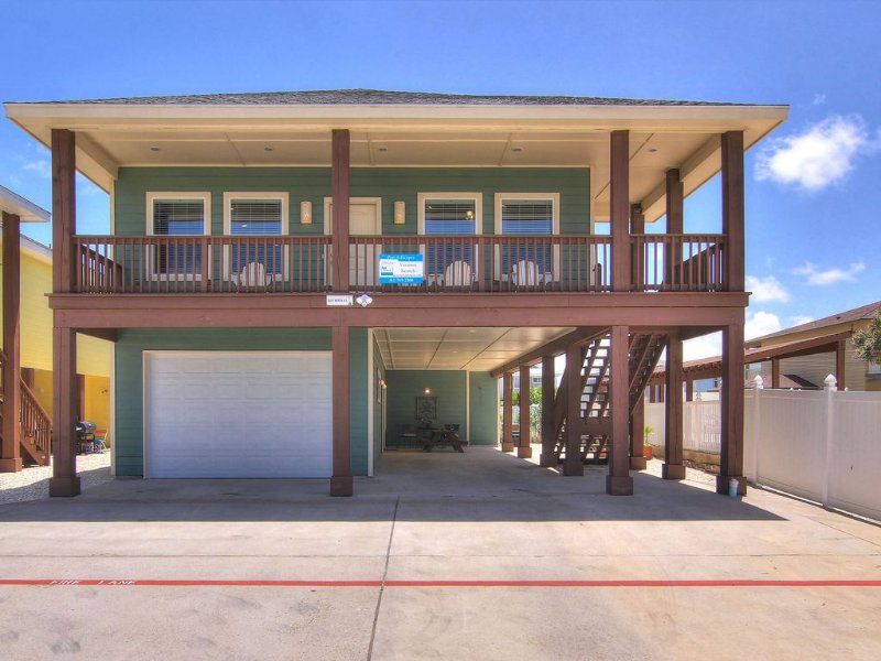 Brand new 3 bedroom 3 bath duplex in the heart of Port Aransas, casa vacanza a Ingleside on the Bay
