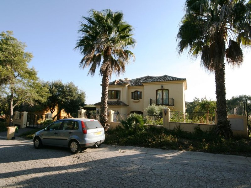 Luxury large private detached villa with heated pool & games room in quiet area, casa vacanza a Castellar de la Frontera