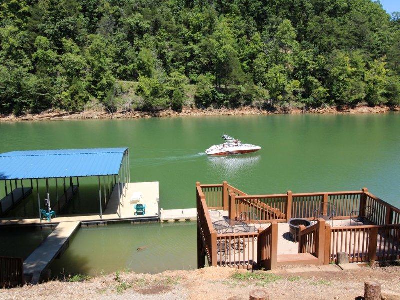 'Night Sky' Private Hot Tub Private Dock W/ Electric near Jump'n Bridge, holiday rental in La Follette