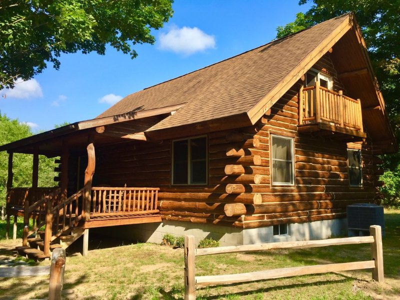 Beautiful Log Cabin JUST 2 minutes from Crystal Mtn. Plenty of fresh snow left!, location de vacances à Benzie County
