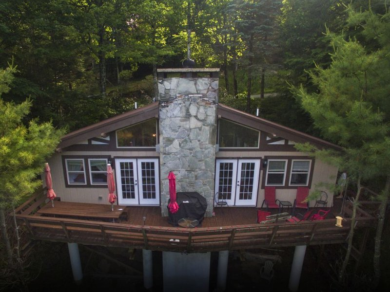Beech to Beach Chalet: 3BR 2BA, New throughout, 1 Mi to Slopes, holiday rental in Beech Mountain