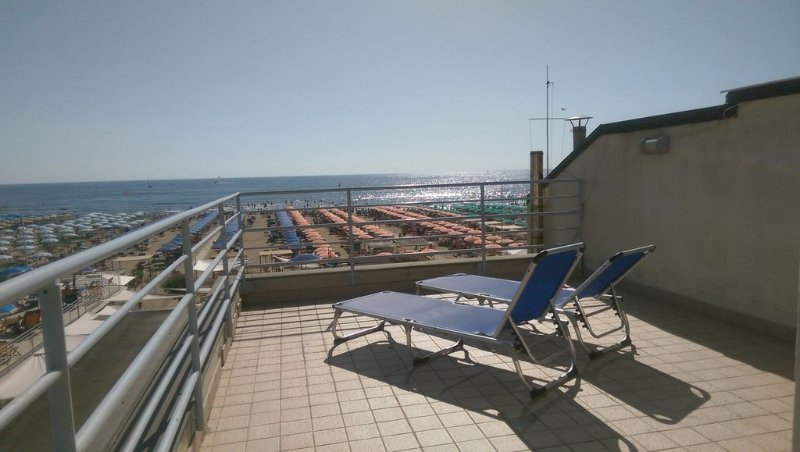 A typical beach house in the centre of Viareggio with lovely view from balconies, vacation rental in Viareggio