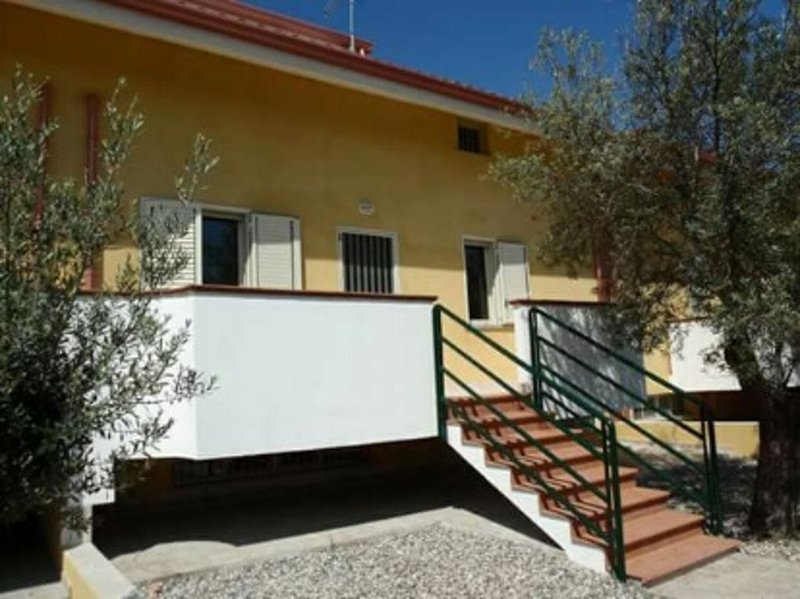 Spacious 10 bed town house 250 metres from the beach, vakantiewoning in San Sostene
