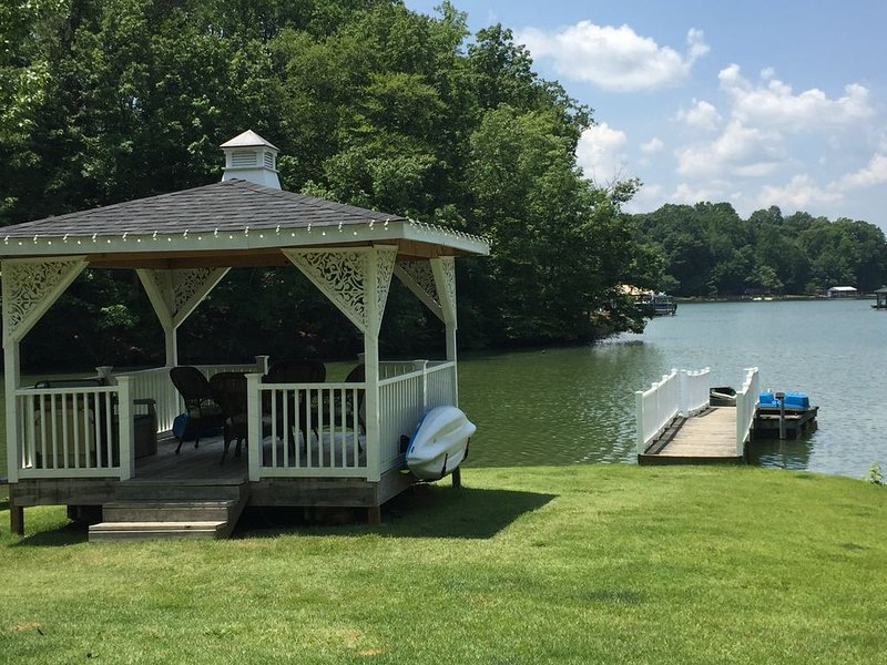 Breathtaking Views on a Quiet Cove Lakefront Cottage with Pontoon Boat, casa vacanza a Statesville