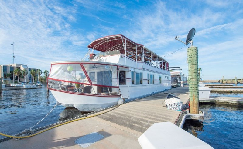 NOT YOUR TYPICAL HOUSEBOAT: 60 FEET OF FUN!, alquiler de vacaciones en Sanford