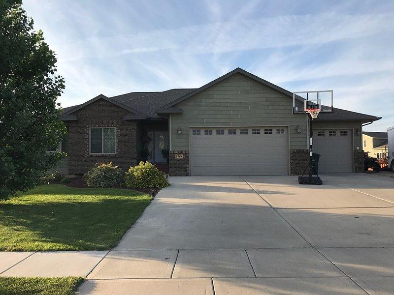 Nice, clean, large 5-Bedroom home between Sturgis and Rapid City, vacation rental in Black Hawk