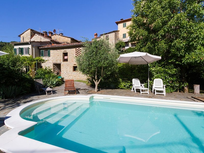 Rural family house in the Casentino with exclusive pool & gardens. Pet friendly, Ferienwohnung in Castel San Niccolo