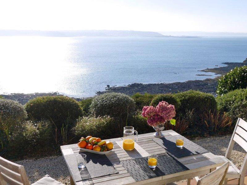 Vue mer spectaculaire, location 4 **** plein sud au calme, pieds dans l'eau, holiday rental in Cotes-d'Armor