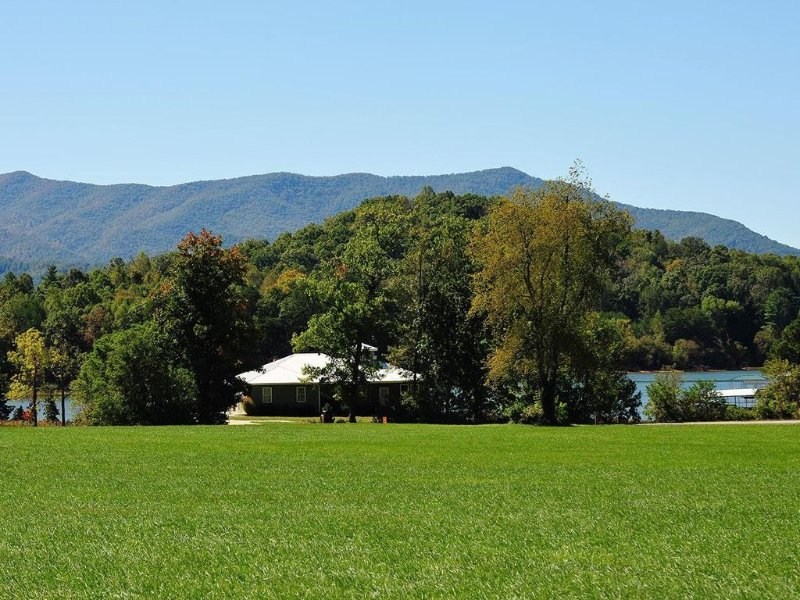 Charming Chatuge Waterfront Home With Private Dock And Big Views, aluguéis de temporada em Hiawassee