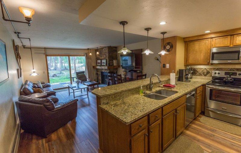 Sala de estar y área de cocina. Mesa de comedor Asientos 6 y hay 4 taburetes de bar