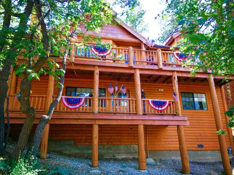 Storybook Manor-Seclusion,Views,Hot-Tub,Pool Table,Wi-Fi Mins to Village & Slope, location de vacances à Big Bear Region