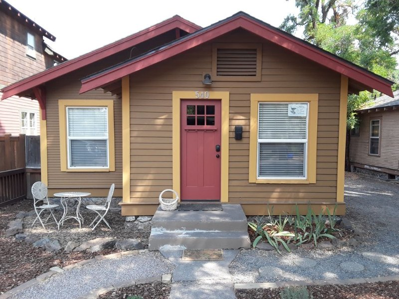 Remodeled Historic Home In The Heart Of Bend. Available Summer 2020., vacation rental in Bend