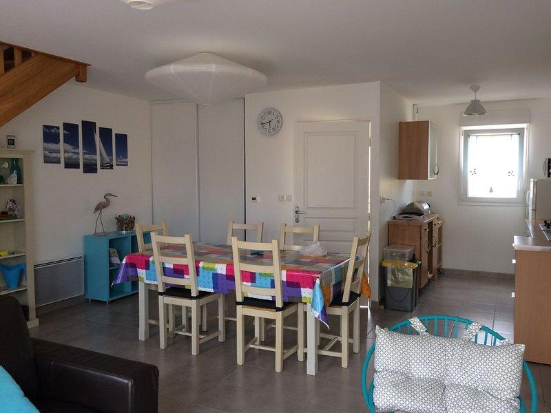 Erquy, plage de Caroual  500 m en famille,wifi, GR 34 et activités nautiques, holiday rental in Henansal
