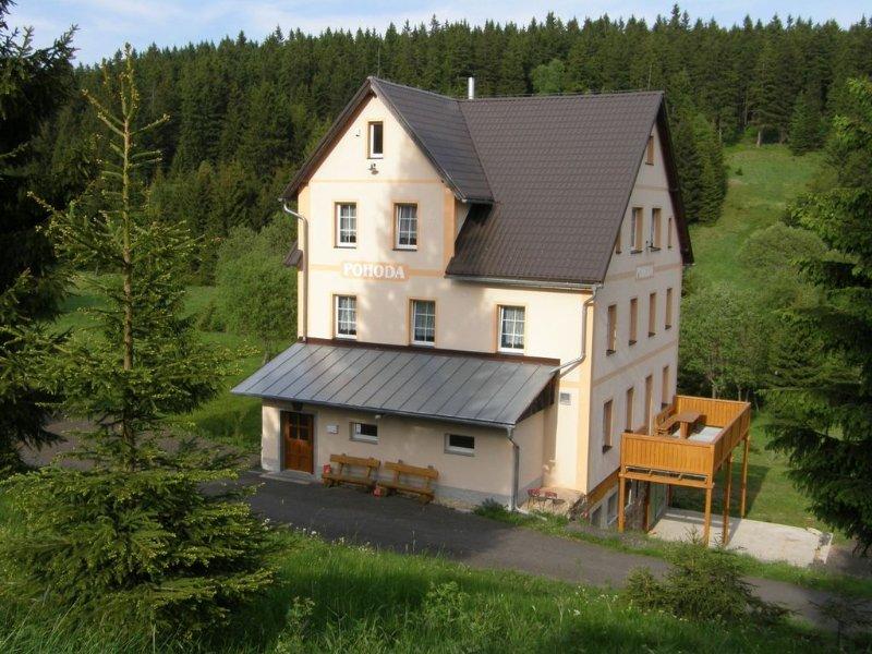 Ferienhaus mit wunderschöner Aussicht und Billard, vacation rental in Loucna pod Klinovcem
