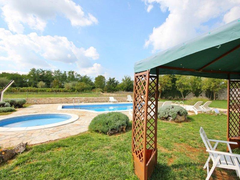 Pool und Garten mit Pavillon